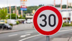 Ein Tempolimit 30 Schild steht am Straßenrand