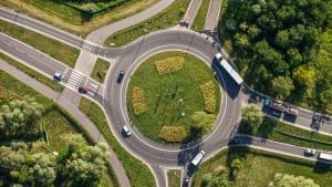 Luftaufnahme eines Kreisverkehrs