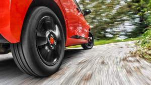 Nahaufnahme des Hinterreifen eines roten Autos