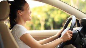 Frau fährt in richtiger Sitzposition im Auto
