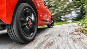 Rotes Auto fährt auf Strasse