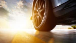 der Reifen eines fahrenden Autos