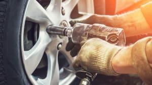 Mechaniker zieht die Radmuttern nach