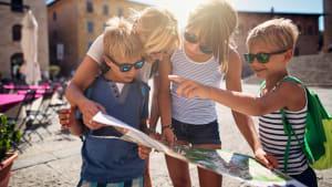 Eine Familie betrachtet einen Stadtplan