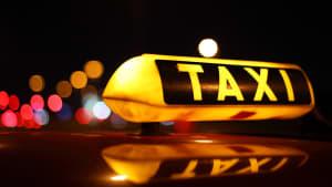 Taxizeichen auf Auto