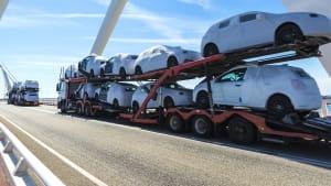 LKW transportiert neue Autos