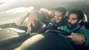 Junge Fahrer fahren zusammen im Auto