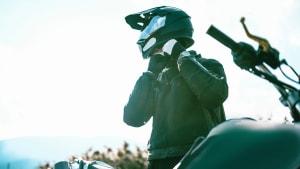 Mann schließt seinen Motorradhelm
