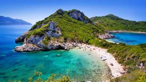 Eine schöne Bucht am Meer mit türkisem Wasser, umgeben von Felsen