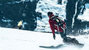 Snowboarder und Skifahrer auf der Piste