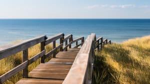 Holztreppe durch Dünen zum Strand