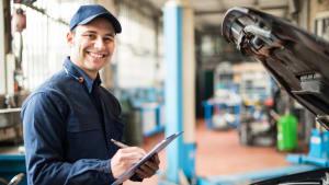 Mechaniker in Werkstatt