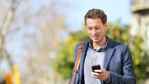 Mann informiert sich mit dem Handy in der Hand