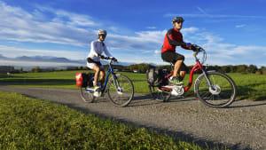 Pärchen macht eine Radtour durch sonnige Landschaft
