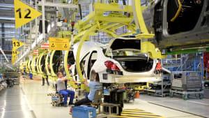 Arbeiter fertigen im Werk Autos