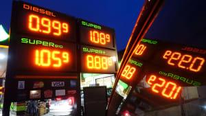 Preisanzeige an einer Tankstelle in der Nacht