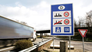 Eine Verkehrstafel zur Richtgeschwindigkeit in Deutschland an der Autobahn
