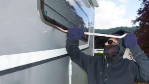 Einbrecher bricht in Wohnwagen ein