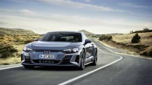 Der neue Audi e-tron GT  in grau-metallic auf einer Landstrasse