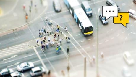 Eine Strassenkreuzung aus der Vogelperspektive aufgenommen.