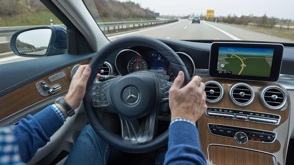 Lane Support System greift bei Fahrt auf Landstraße ein
