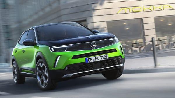Opel Mokka fährt auf einer Straße