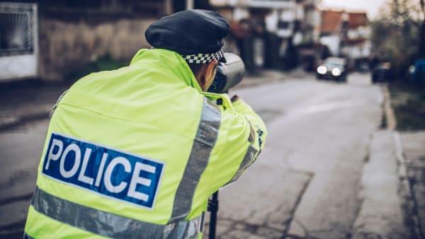 Englischer Polizist bei der Geschwindigkeitsmessung