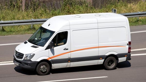 Ein Mercedes Sprinter fährt auf der Autobahn