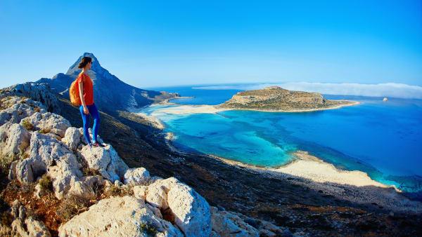 Frau blickt über den Strand von Balos auf Kreta