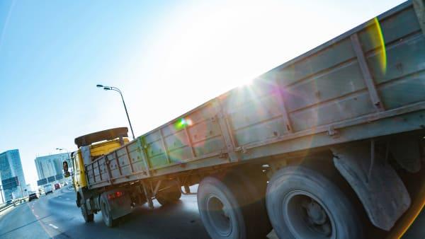Ein LKW fährt auf einer Bundesstrasse