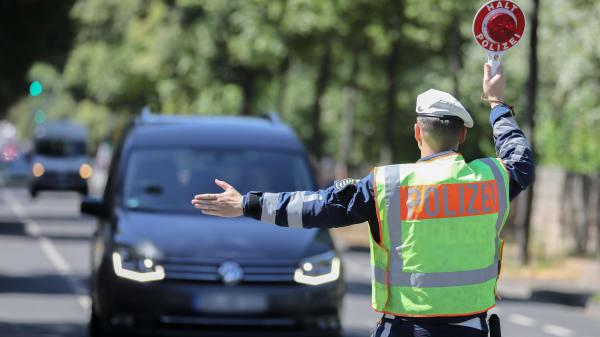 Polizist bei der Verkehrskontrolle