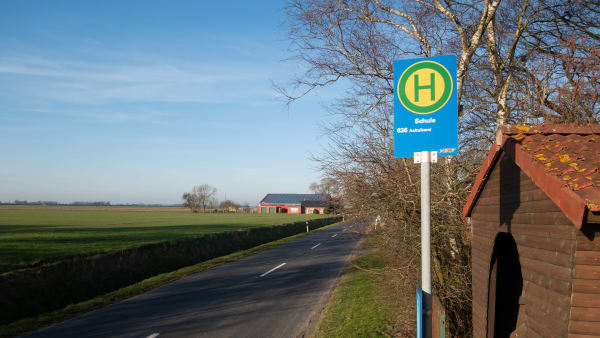 Eine Bushaltestelle für den Schulbus in ländlicher Umgebung