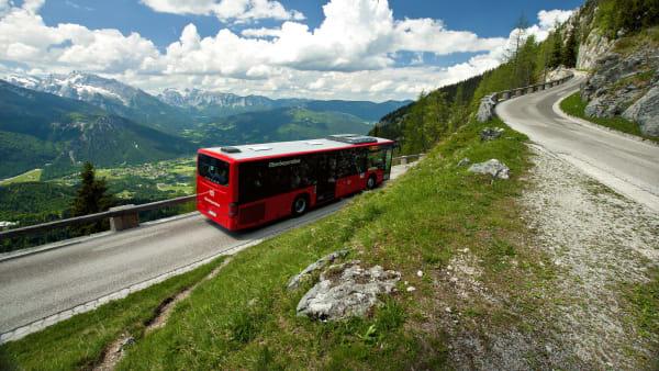 Bus fährt auf Bergstraße in Oberbayern