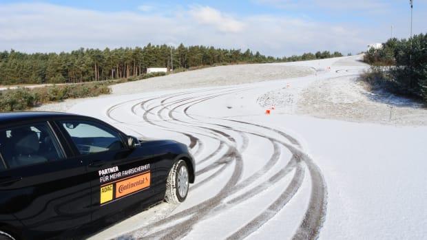 Kälte, Schnee und Glätte machen das Autofahren im Winter zur Herausforderung. Bereiten Sie sich mit einem speziellen Winter-Fahrtraining im Fahrsicherheitszentrum Berlin-Brandenburg darauf vor.