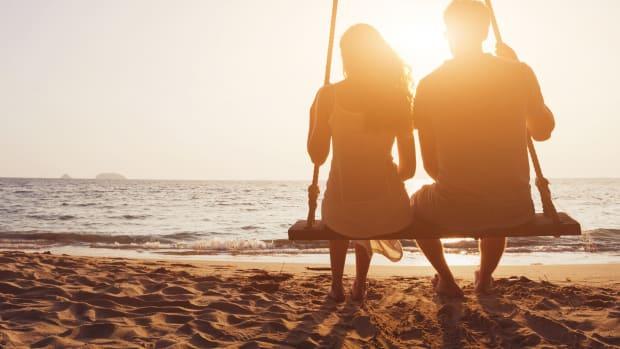 Paar schaukelt im Sonnenuntergang