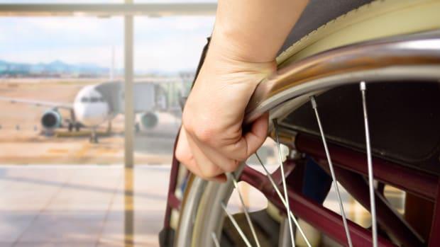 Im Rollstuhl am Flughafen