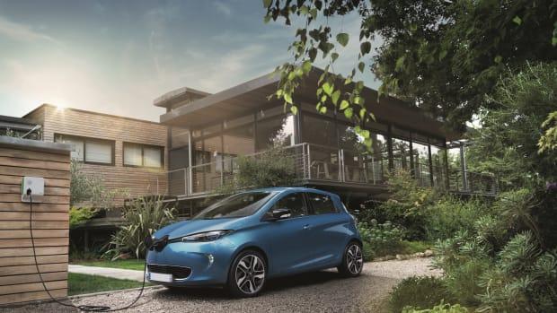 Elektroauto lädt mit Wallbox vor dem eigenen Zuhause