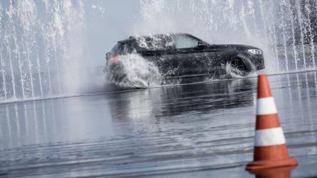 Auto fährt durch Wasserwand