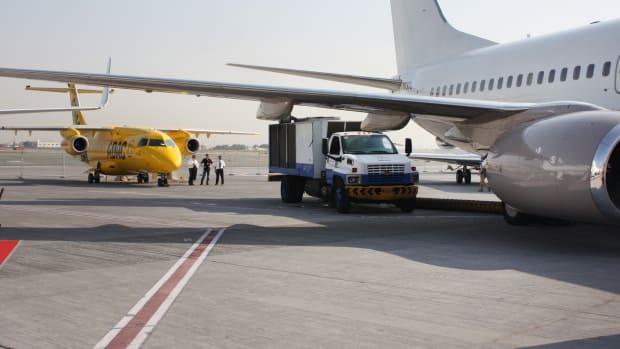 Ein ADAC Ambulanzflugzeug auf dem Flughafen Dubai