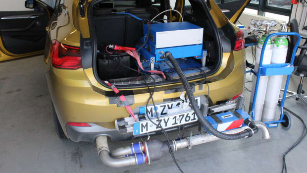 Auto mit Messgerät auf dem Prüfstand im Testzentrum Landsberg