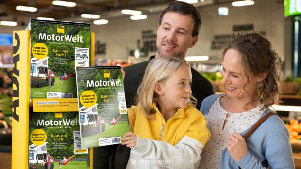 Familie holt die neue Motorwelt Premium ab