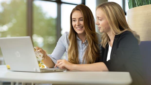 Zwei ADAC Mitarbeiterinnen arbeiten an einem Laptop
