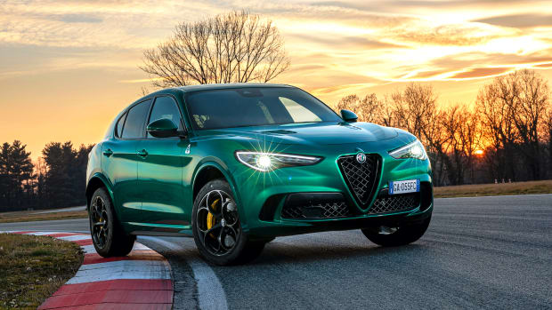 Frontansicht des Alfa Romeo Stelvio fahrend