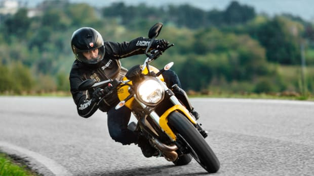 Ducati Monster 821 fahrend auf der Straße
