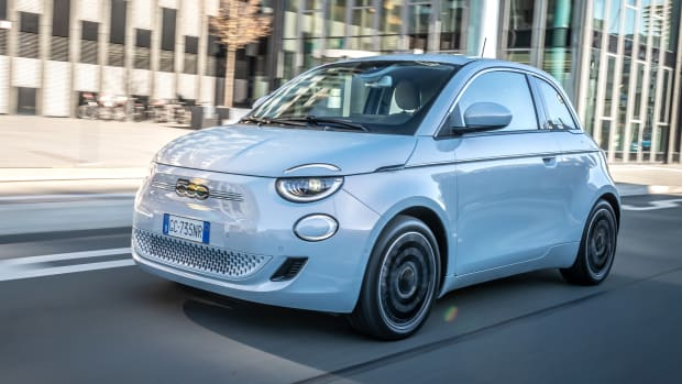 Frontansicht des Fiat 500e fahrend auf einer Straße