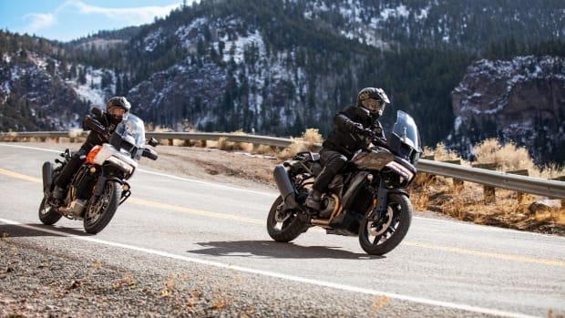 Zwei Motorradfahrer fahren mit Harley-Davidson Pan America auf einer Straße