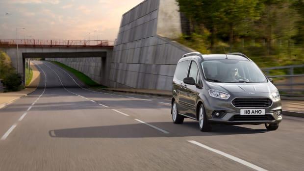 Ford Tourneo Courier fahrend auf der Straße