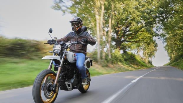 Motorrad Mash X-Ride 650 fährt auf einer Landstraße