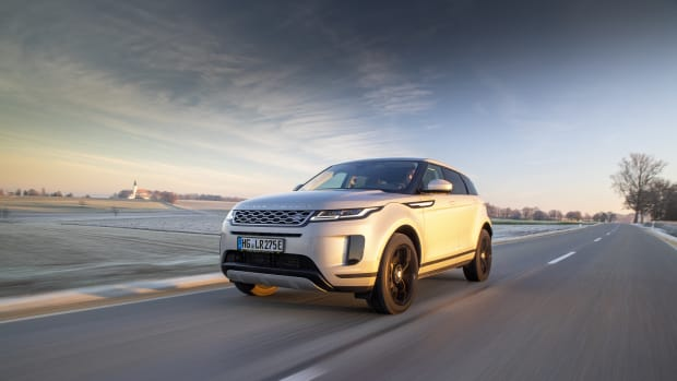 Range Rover Evoque fahrend auf der Straße