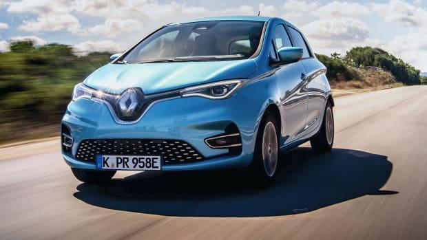 Ein blauer Renault Zoe fährt dynamisch auf einer Strasse